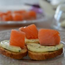 Salmón ahumado con mantequilla de cebollino y lima