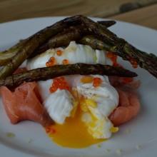 Huevos poché con salmón y trigueros
