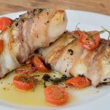 Pechuga de pollo con tapenade envuelta en panceta